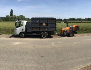 camion benne et broyeur la tete dans les arbres